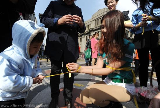 武汉地铁捆绑路人遭制服求组图解套(情趣)绑椅手美女图片