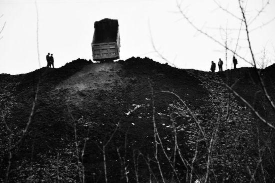 每天数千吨的矸石倒进山沟里,形成一座矸石山。