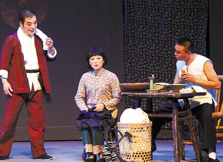 昨晚,鄞州区古林镇张家潭村文艺队编排的甬剧《李敏》登台亮相。(记者 周建平 摄