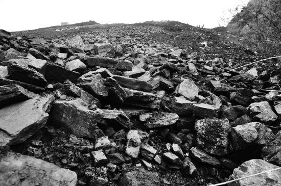直接倾倒而下的矸石,散落在山沟里。