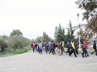 学生在华农环湖跑道上晨跑-武汉一高校3千学子摄像头下晨跑 需打卡记
