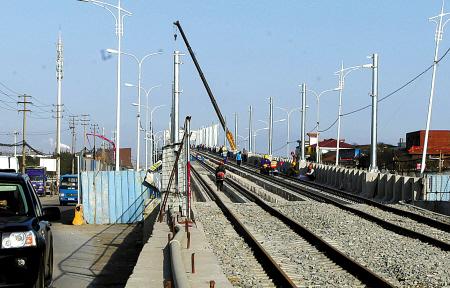 轨道交通2号线一期高架铺轨全面展开