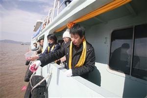 12月2日,舟山普陀山莲花洋海域,亲友们向大海撒花瓣纪念逝者