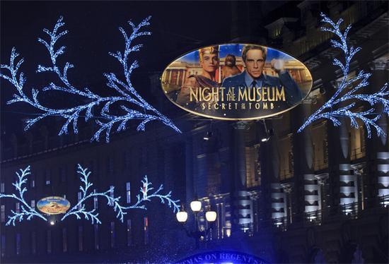 新浪娱乐讯 日前,在伦敦的时尚地标摄政街(Regent Street)举办了一场特别的圣诞打折季预热活动《博物馆奇妙夜3》主题彩灯点灯仪式,英国当红男子流行演唱组合接招合唱团(Take That)现场助阵。此次将《博物馆奇妙夜3》的元素带入伦敦最繁华的商业街之一,是为为即将上映的影片宣传造势。   摄政街与牛津街都是伦敦首屈一指的购物街,是各国游客到伦敦的必访之地,每年圣诞节前都会举行亮灯仪式,进入新年打折季后通常会人满为患、寸步难行,日均覆盖人数达80万以上。亮灯仪式当天,主办方邀请到了英国当红的