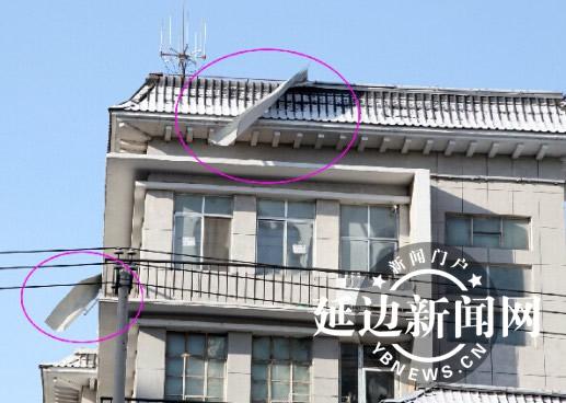 楼房房顶被风掀飞