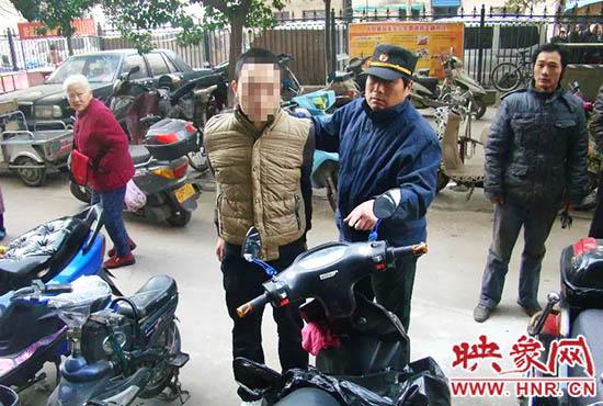 巡防队员将盗贼控制。