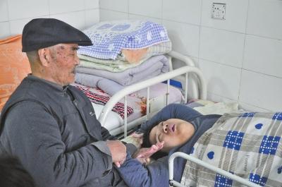 黄教授在照顾生来就患脑瘫的女儿