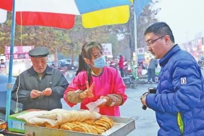 安阳90后聋哑夫妻打烧饼创业 免费送乞讨老人吃