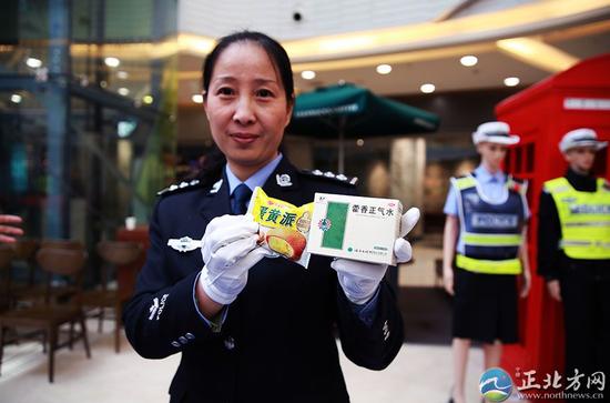 12月2日,民警孙胜军向市民展示含有乙醇的食品、饮品。