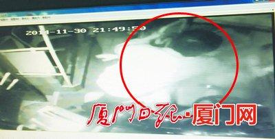 【打人】男乘客拿起保温瓶砸向司机。