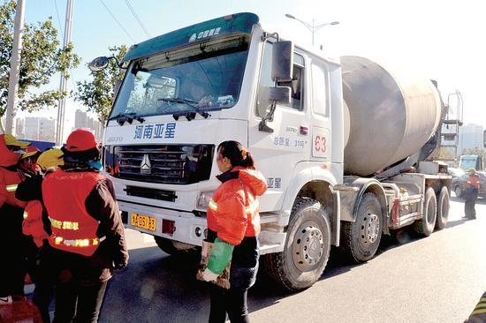 环卫工人拦截水泥罐车