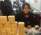 女子拿10万元硬币存银行