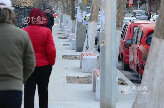 """青岛现""""防乱停车神器"""":400米路装56长凳"""