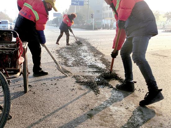 环卫工人清理混凝土