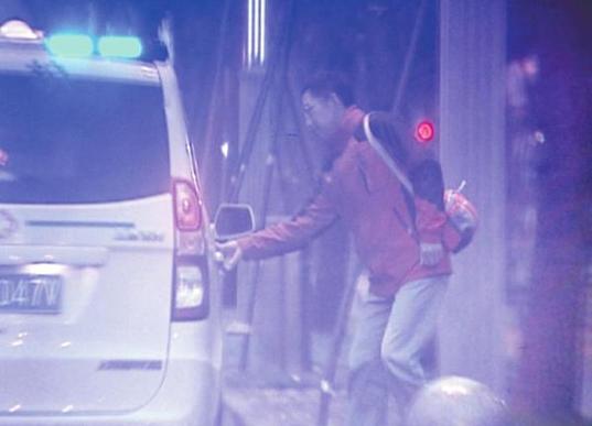 26日,市民投诉在成都沙湾路一辆救护车正在接某医院的专家医生