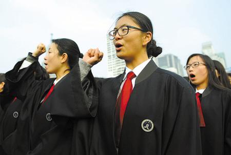 昨天,在广场宣传活动现场,百名律师举行宣誓仪式。