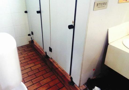 女厕所偷拍b毛_宜昌餐馆内男女厕所共用 20岁小伙趁机偷拍他人