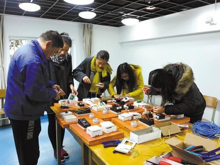 学生们正在跟电工师傅学习。
