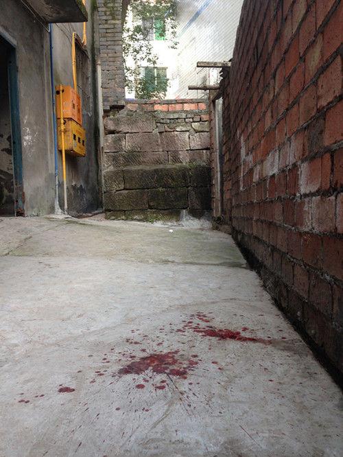 事发小巷内仍然有大滩血迹。