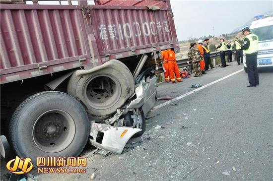 事故现场十分惨烈。
