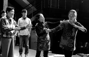 柳中心(左)与徐敏(中)在指导甬剧演员张欣溢。记者 崔引 摄