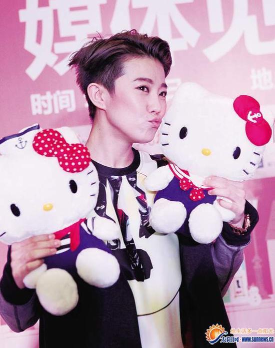 刘力扬亲吻Hello Kitty。记者 陈理杰 摄