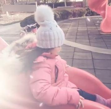 小妮子开心滑滑梯