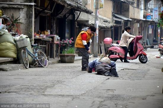 温岭网友跟拍乞丐变身全过程 律师称不构成犯罪