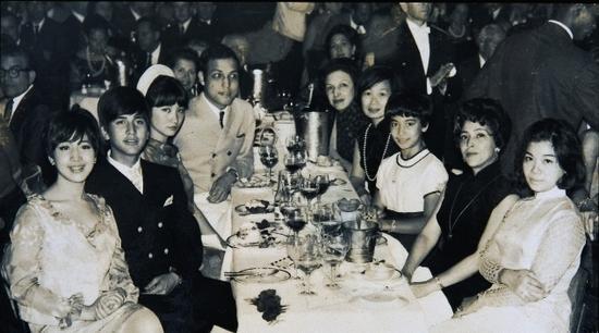 何鸿燊大太太黎婉华(右二)、她的大女何超英(左一)、二子何猷光(左二)与三女何超贤(右三)在法国丽都夜总会看秀。