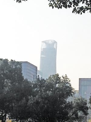 图中在建高楼看上去有点歪。 记者 吴震宁 摄