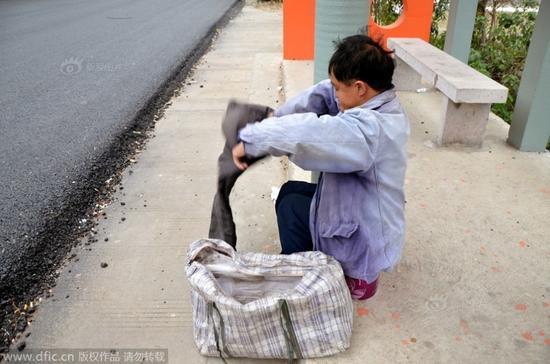 """网友跟拍""""残疾""""乞丐变身全过程"""
