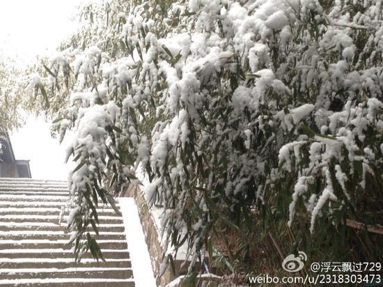 崂山巨峰喜降入冬第一场雪 北九水冰挂似玛瑙