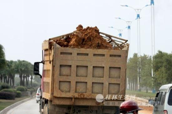 一辆超高、未密闭运输渣土的车辆行驶在东二环路上。记者邱浩 摄