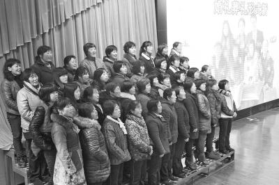 垌头村的大妈们在表演合唱