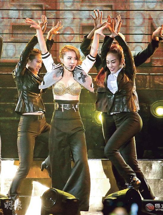蔡依林戴金Bra劲歌热舞,看得观众也热血沸腾。