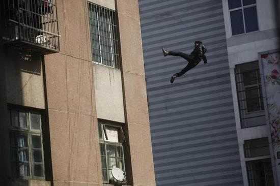 男子跳楼身亡 掉落瞬间被拍下