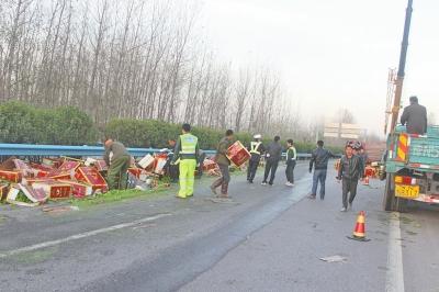 警民合力帮助货车司机捡拾货物