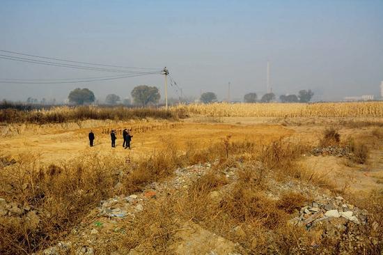 在铁路的北边,耕地被村民取土挖成了大坑。