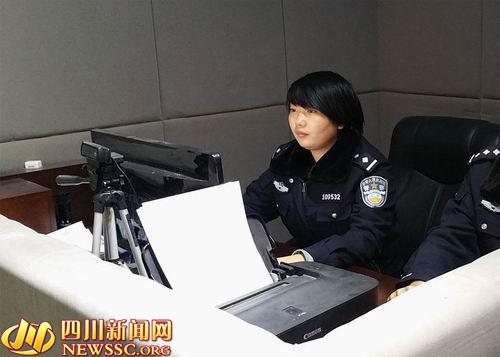 王婷婷正在对犯罪嫌疑人进行询问