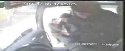 事发时的监控录像截图(画面显示文字为受害人陈述)     嫌犯挟持受害人下车,司机疑似打了个手势
