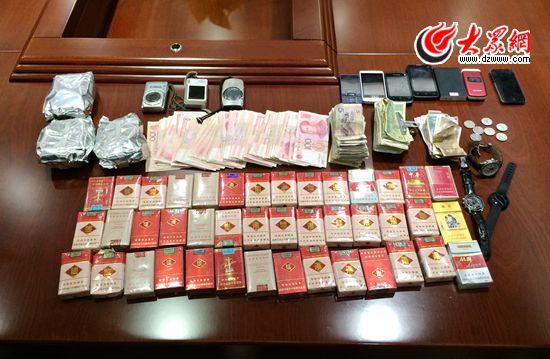 警方缴获的全部被盗赃物,包括1万余元现金和大量数码相机、手机、手表、香烟等物品。