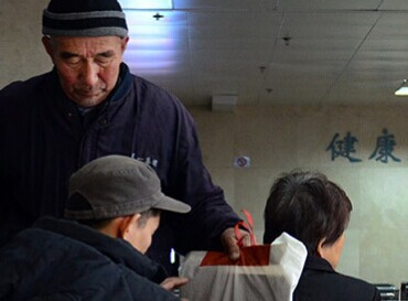 青岛六旬老父奔波8年为儿治病 筹药费四处求人