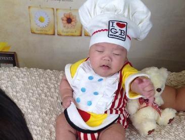 桑兰儿子扮厨师超萌