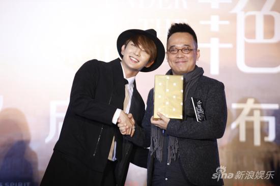 电影《西西里艳阳下》导演林育贤与男主李准基交换礼物