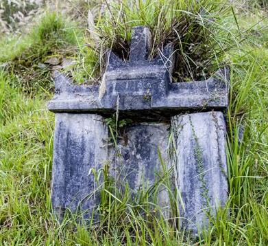 古墓经过百余年日晒雨淋图片
