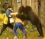 女子给狗熊喂食遭扑倒