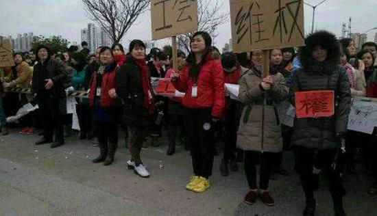 12月9日,大量工厂员工围堵厂门,对遣散赔偿方案表示不满。
