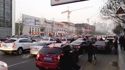 因为不适应新规,不少车辆拥堵在一起。
