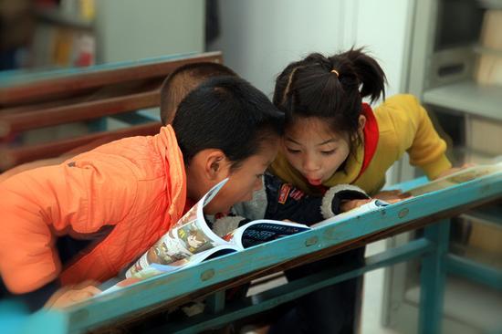受捐助小学的学生在看书