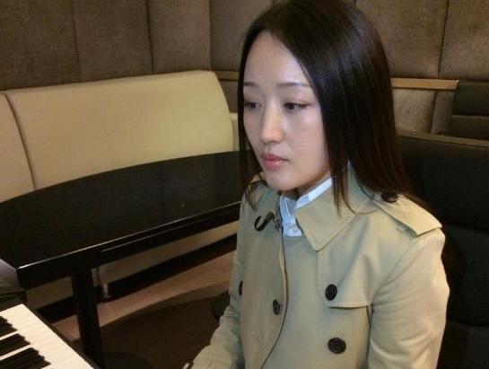 43岁杨钰莹弹钢琴